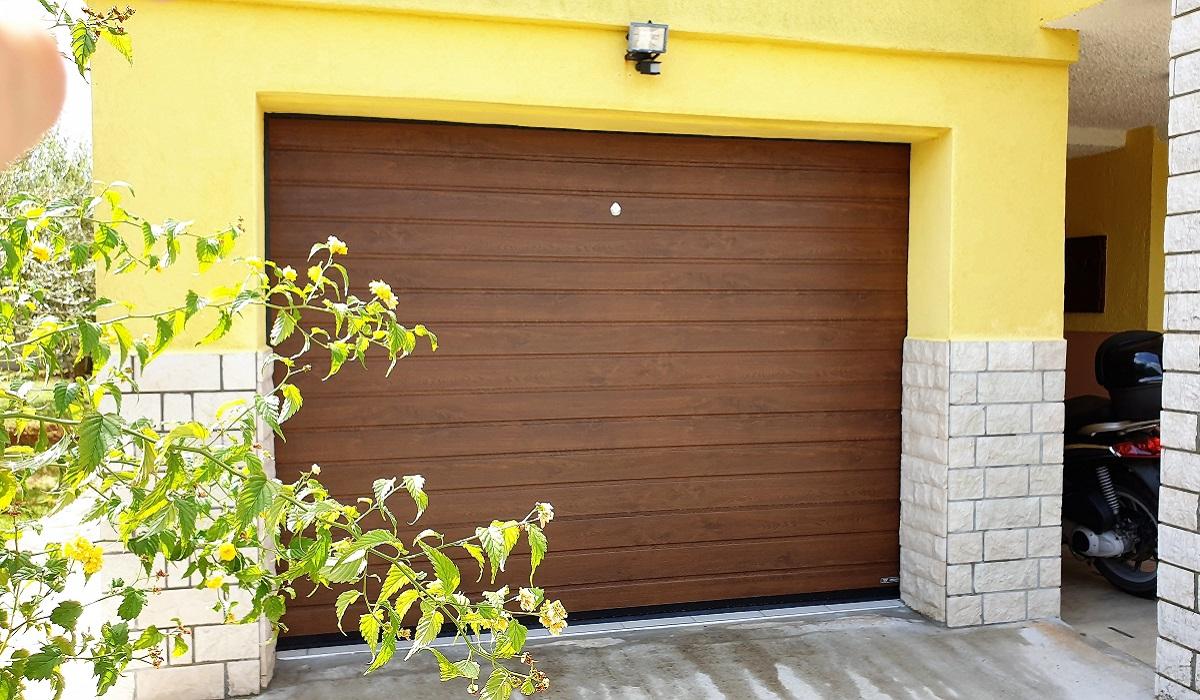 TAMNI HRAST PUNO CRTA GALIŽANA garažna vrata Adistrum